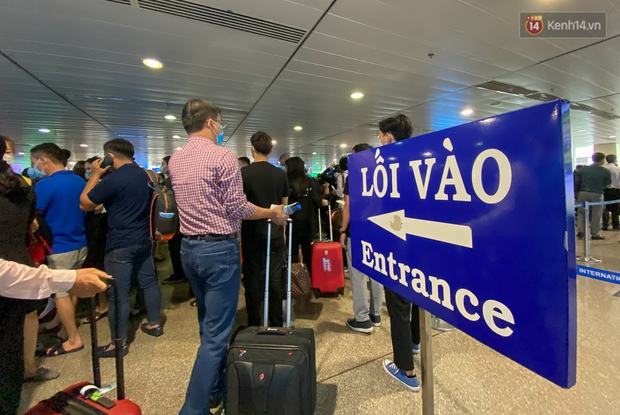 Ảnh: Người dân đổ xô đi du lịch, sân bay Tân Sơn Nhất đông nghẹt khách - Ảnh 8.