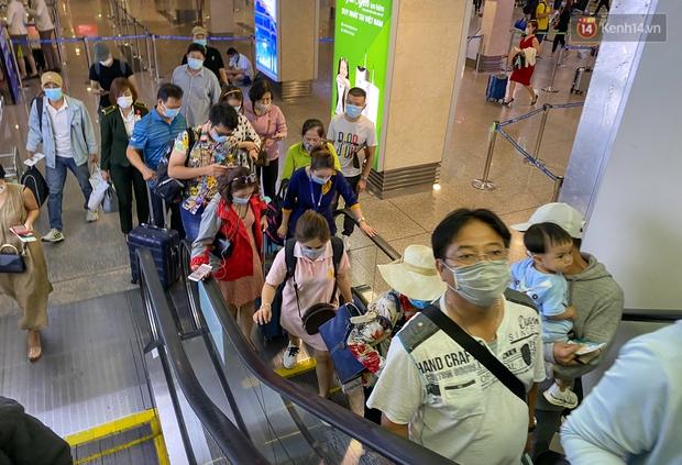 Ảnh: Người dân đổ xô đi du lịch, sân bay Tân Sơn Nhất đông nghẹt khách - Ảnh 7.