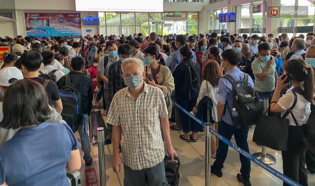 Ảnh: Người dân đổ xô đi du lịch, sân bay Tân Sơn Nhất đông nghẹt khách - Ảnh 16.
