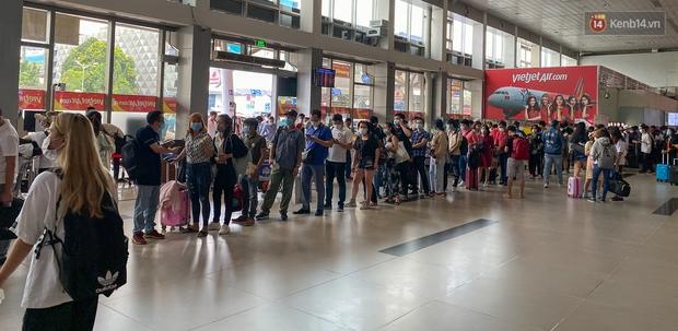 Ảnh: Người dân đổ xô đi du lịch, sân bay Tân Sơn Nhất đông nghẹt khách - Ảnh 15.