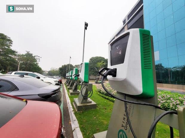 Cận cảnh những trạm sạc nhanh đầu tiên cho ô tô điện VinFast tại Hà Nội - Ảnh 2.