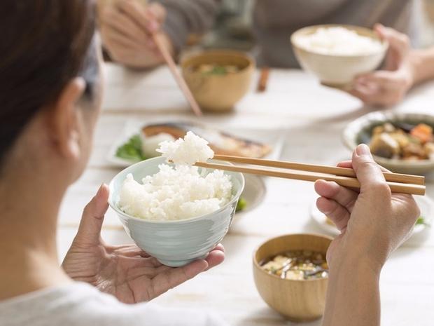 Vừa ăn cơm xong, chớ dại mà uống ngay 4 loại nước này để ôm họa cho các bộ phận của cơ thể - Ảnh 1.