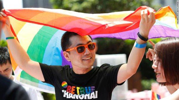 Khoảnh khắc thay đổi số phận: Tiếp viên hàng không soái ca mất tất cả sau một nụ hôn đồng giới, lộ ra mặt tối đáng sợ với cộng đồng LGBT tại Trung Quốc - Ảnh 2.