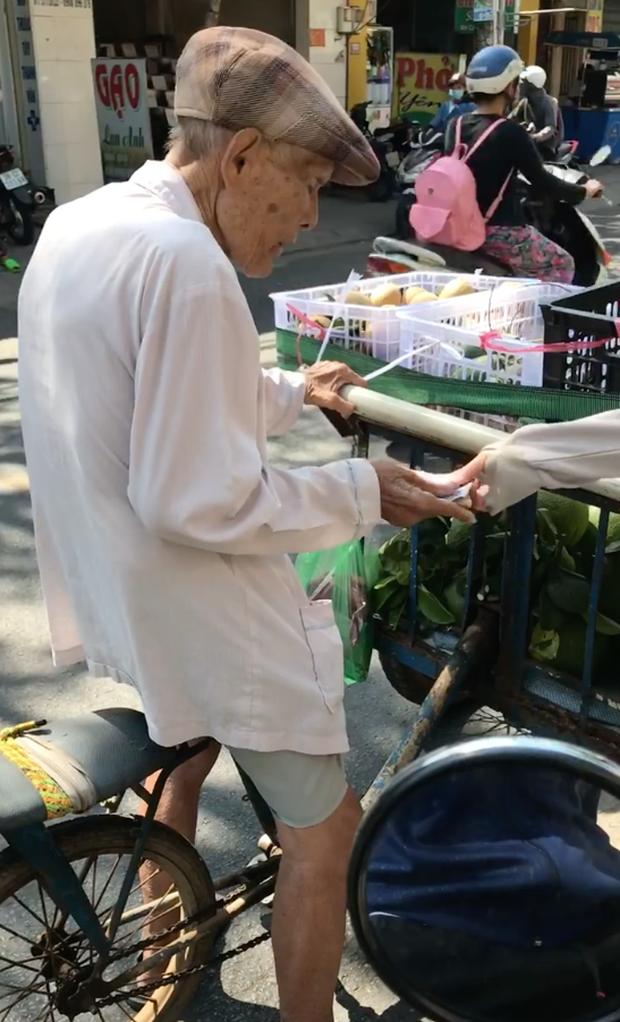 Dân mạng thay nhau chia sẻ hình ảnh gây xúc động về một ông cụ yếu ớt đạp xe bán trái cây giữa trời nắng gần 40 độ - Ảnh 2.