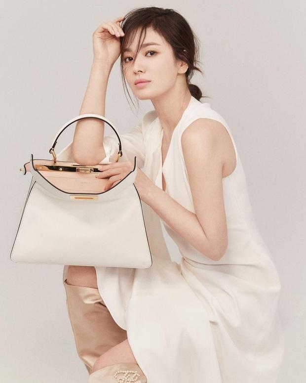 Song Hye Kyo khoe ảnh trẻ trung ở tuổi 40 nhưng vô tình lộ chuyện hẹn hò với người đàn ông quen mặt - Ảnh 2.