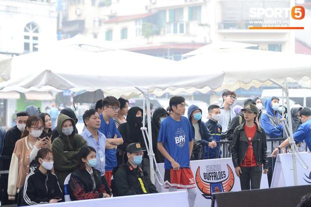 Giới trẻ Hà Thành đội mưa xem bóng rổ trên phố đi bộ Hồ Gươm - Ảnh 1.