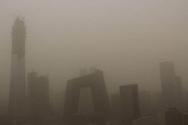 Miền Bắc và thủ đô Trung Quốc lại hứng chịu bão cát nặng nề, ô nhiễm tăng, tầm nhìn giảm - Ảnh 1.