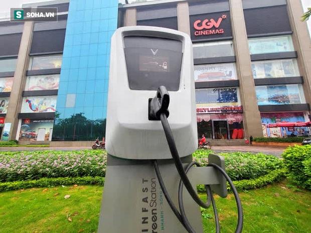 Cận cảnh những trạm sạc nhanh đầu tiên cho ô tô điện VinFast tại Hà Nội - Ảnh 3.
