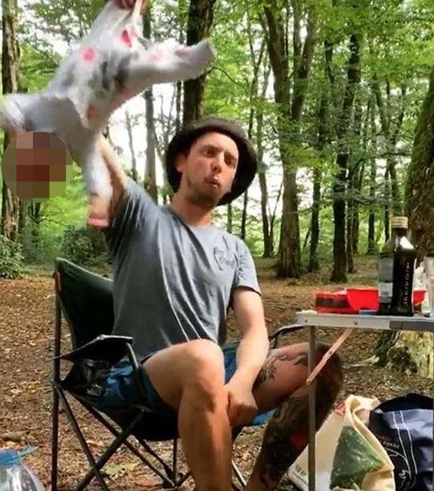 Video gây sốc: Bố lên mạng tuyên bố trẻ sơ sinh nên được chăm sóc như khỉ, kèm hành động minh họa rợn tóc gáy với con mình - Ảnh 4.