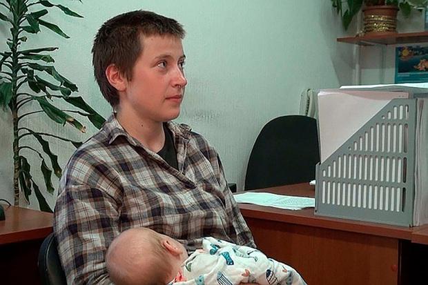 Video gây sốc: Bố lên mạng tuyên bố trẻ sơ sinh nên được chăm sóc như khỉ, kèm hành động minh họa rợn tóc gáy với con mình - Ảnh 9.