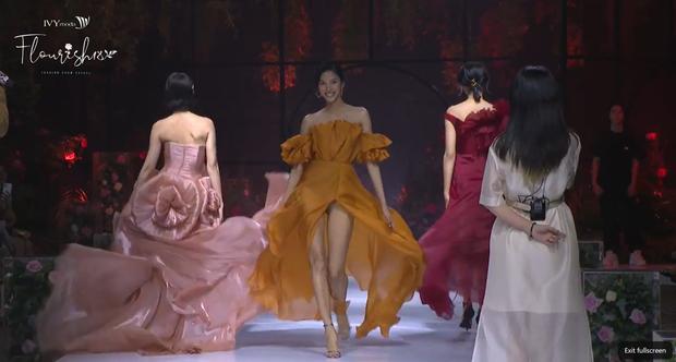 Hoàng Thùy bùng nổ visual, trái ngược lớp makeup già sưng của Minh Tú tại BST Flourish18 của Ivy Moda - Ảnh 7.