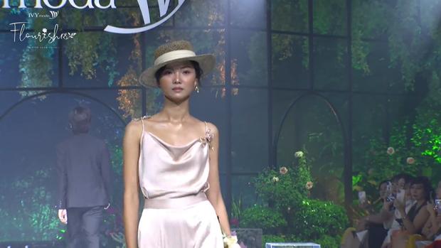 Hoàng Thùy bùng nổ visual, trái ngược lớp makeup già sưng của Minh Tú tại BST Flourish18 của Ivy Moda - Ảnh 1.