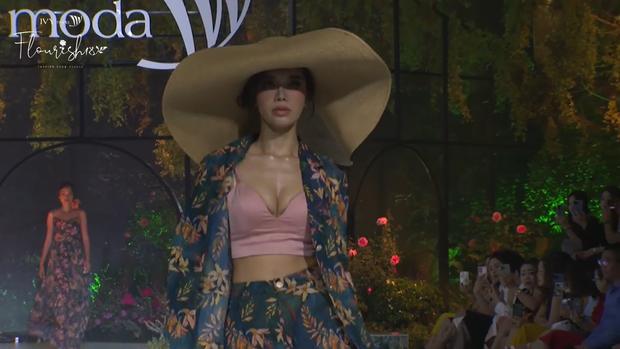 Hoàng Thùy bùng nổ visual, trái ngược lớp makeup già sưng của Minh Tú tại BST Flourish18 của Ivy Moda - Ảnh 4.