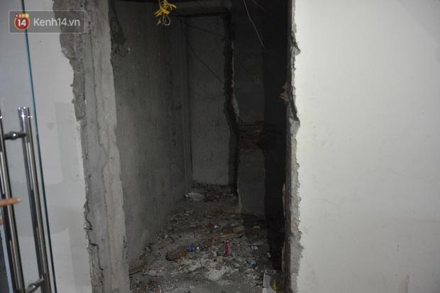 Chung cư nơi nữ giám đốc và nhân viên rơi từ tầng 2 do trần thủng: Nguy hiểm vẫn còn tiềm ẩn? - Ảnh 5.