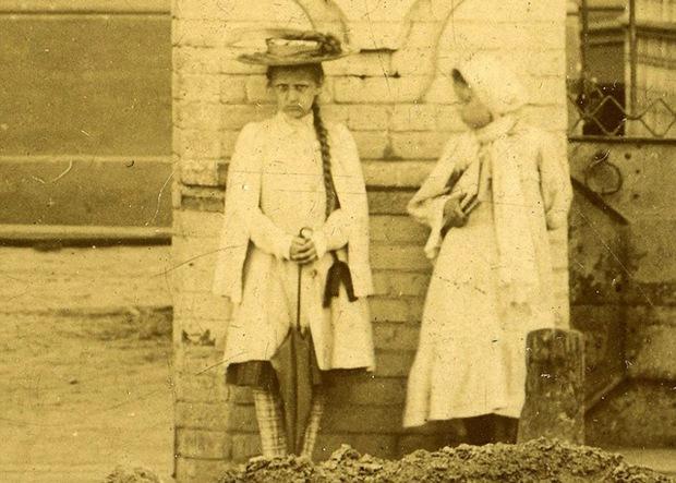 Bí ẩn bé gái xuất hiện trong loạt ảnh chụp 100 năm về trước với cách tạo dáng biểu cảm nghiêm nghị 10 tấm như 1 không ai lý giải nổi - Ảnh 4.