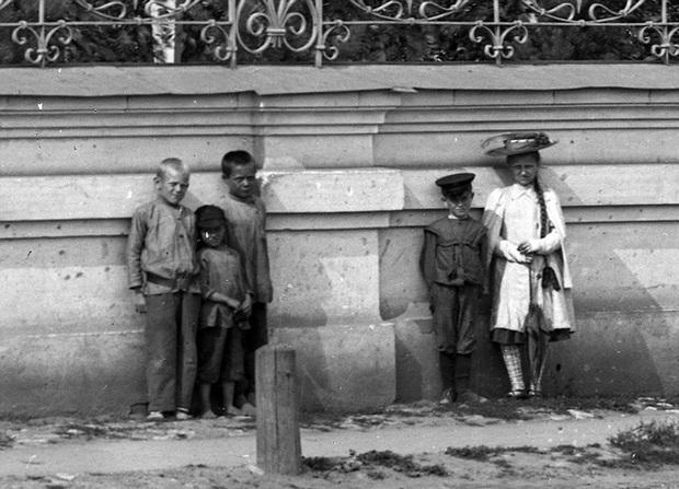 Bí ẩn bé gái xuất hiện trong loạt ảnh chụp 100 năm về trước với cách tạo dáng biểu cảm nghiêm nghị 10 tấm như 1 không ai lý giải nổi - Ảnh 6.