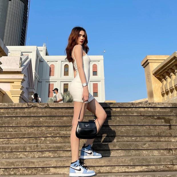 """Instagram look của sao Việt tuần qua: Ngọc Trinh khoe 3 vòng căng đét, Hiền Hồ """"đốt"""" gần 15 triệu cho đôi dép - Ảnh 1."""