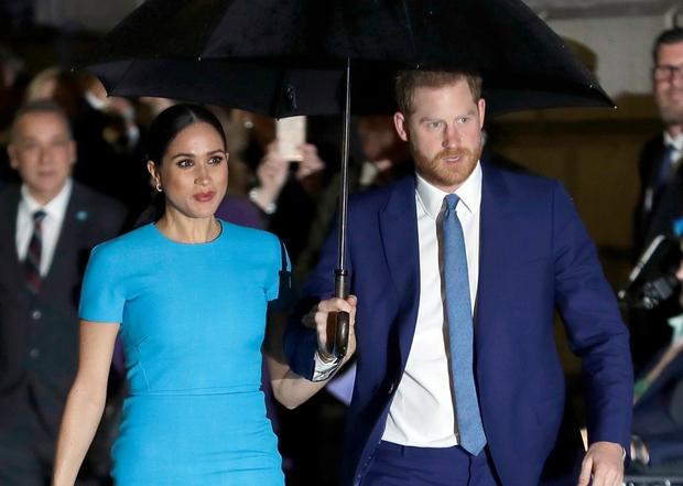 """Vô tình hay cố ý? Cứ khi Hoàng gia Anh có sự kiện trọng đại, vợ chồng Meghan lại có cách """"giật spotlight"""" đầy tình cờ như thế này - Ảnh 4."""