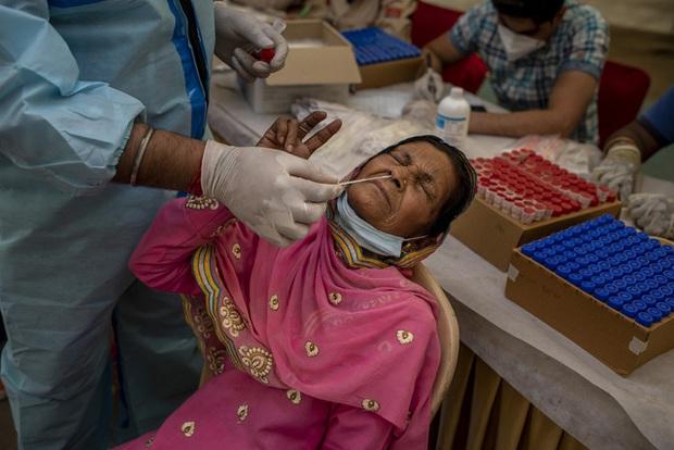 Hơn 127 triệu ca mắc COVID-19 trên thế giới, dịch bệnh tiếp tục diễn biến phức tạp ở Đông Nam Á - Ảnh 1.