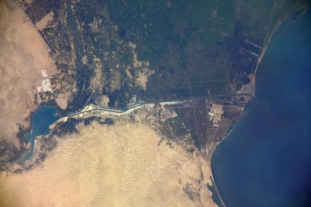 Vụ tàu container chắn ngang kênh đào Suez nhìn từ không gian - Ảnh 1.