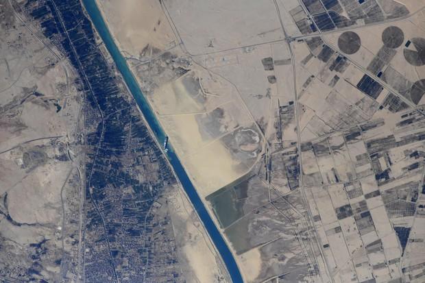 Vụ tàu container chắn ngang kênh đào Suez nhìn từ không gian - Ảnh 2.
