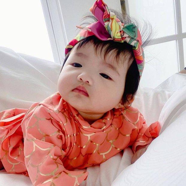 Nhóc tỳ nhà Đông Nhi lại gây sốt trong loạt ảnh mới: Diện nguyên đồ hiệu, tạo 1001 biểu cảm cực yêu dưới góc máy của mẹ - Ảnh 4.
