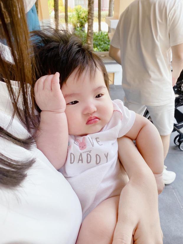 Nhóc tỳ nhà Đông Nhi lại gây sốt trong loạt ảnh mới: Diện nguyên đồ hiệu, tạo 1001 biểu cảm cực yêu dưới góc máy của mẹ - Ảnh 6.