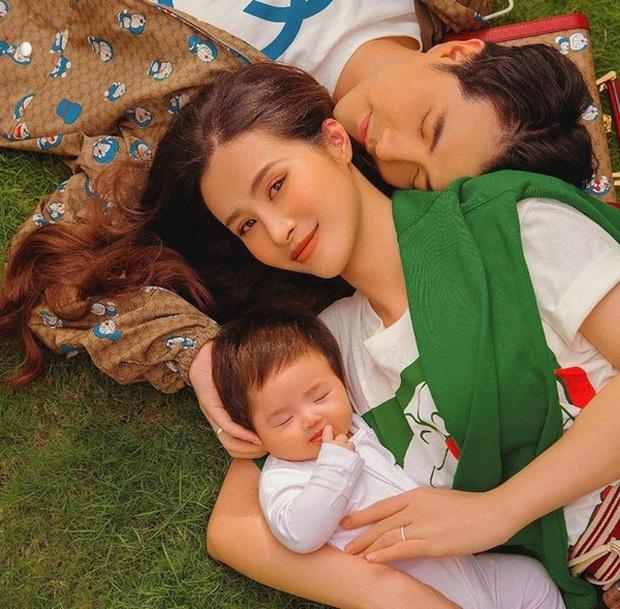 Nhóc tỳ nhà Đông Nhi lại gây sốt trong loạt ảnh mới: Diện nguyên đồ hiệu, tạo 1001 biểu cảm cực yêu dưới góc máy của mẹ - Ảnh 7.