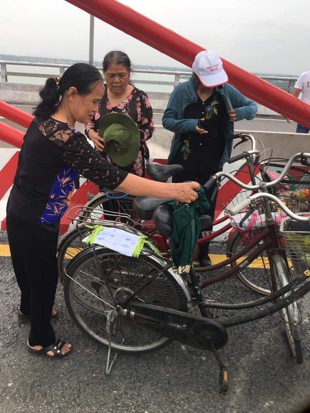 Sự thật đằng sau bức hình 3 cụ bà dân chơi ngồi ăn bánh mì, hóng gió trên cầu Cửa Hội (Nghệ An) gây xôn xao trên mạng - Ảnh 1.