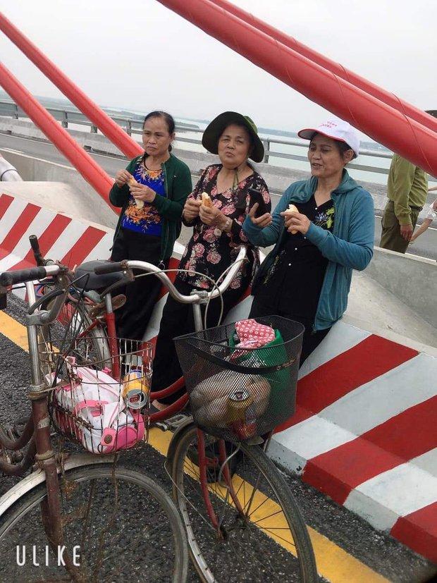 Sự thật đằng sau bức hình 3 cụ bà dân chơi ngồi ăn bánh mì, hóng gió trên cầu Cửa Hội (Nghệ An) gây xôn xao trên mạng - Ảnh 2.