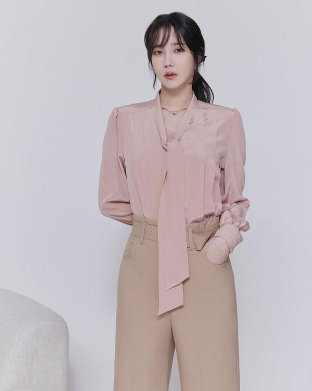 Chị đẹp Lee Ji Ah (Penthouse) lên đồ công sở đơn giản mà thanh lịch tuyệt đối, chị em nào cũng có thể học theo - Ảnh 1.