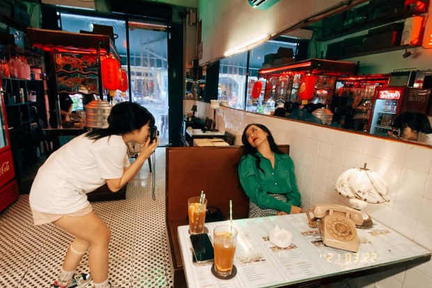 Khánh Vân - người chơi hệ ảnh film mới nổi: Nam Thư bỗng đẹp như Phạm Băng Băng, Hậu Hoàng hiền khô khác hẳn chính chủ tự chụp - Ảnh 11.