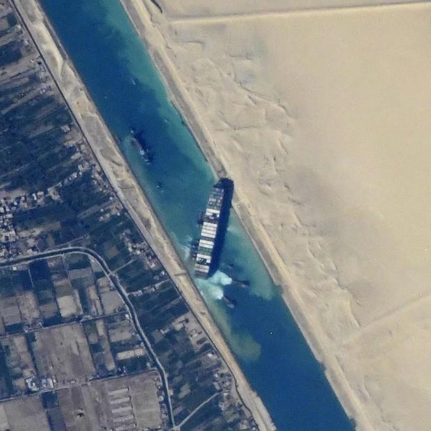 Vụ tàu container chắn ngang kênh đào Suez nhìn từ không gian - Ảnh 3.