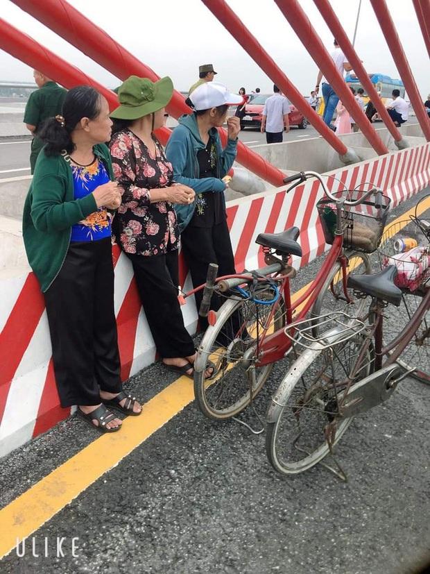 Sự thật đằng sau bức hình 3 cụ bà dân chơi ngồi ăn bánh mì, hóng gió trên cầu Cửa Hội (Nghệ An) gây xôn xao trên mạng - Ảnh 3.