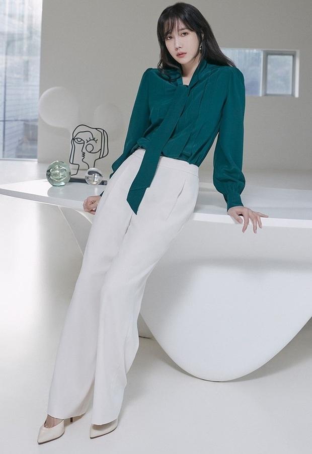 Chị đẹp Lee Ji Ah (Penthouse) lên đồ công sở đơn giản mà thanh lịch tuyệt đối, chị em nào cũng có thể học theo - Ảnh 3.