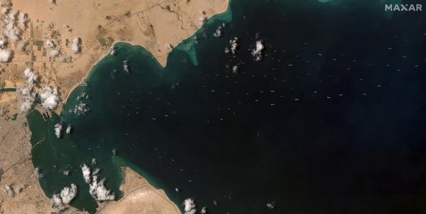 Vụ tàu container chắn ngang kênh đào Suez nhìn từ không gian - Ảnh 4.