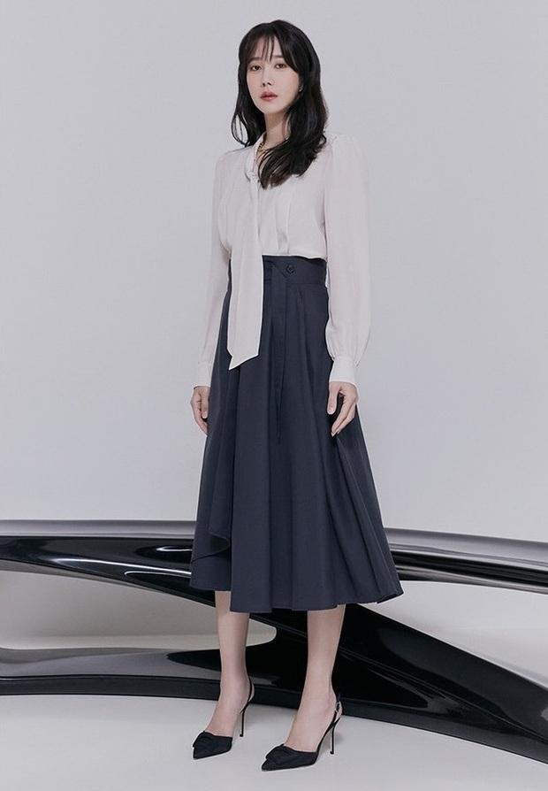 Chị đẹp Lee Ji Ah (Penthouse) lên đồ công sở đơn giản mà thanh lịch tuyệt đối, chị em nào cũng có thể học theo - Ảnh 4.