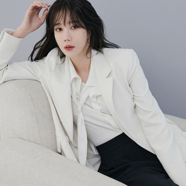 Chị đẹp Lee Ji Ah (Penthouse) lên đồ công sở đơn giản mà thanh lịch tuyệt đối, chị em nào cũng có thể học theo - Ảnh 6.