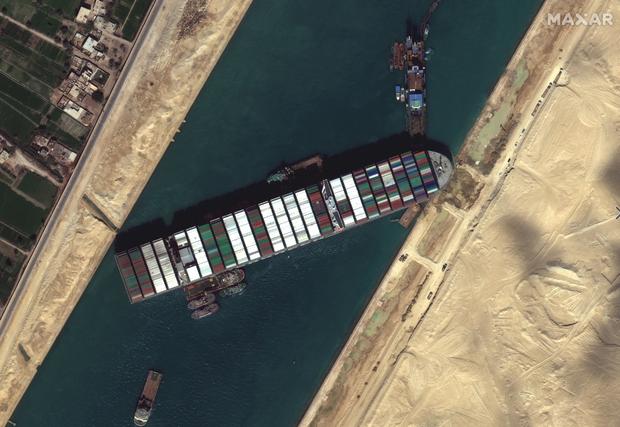 Vụ tàu container chắn ngang kênh đào Suez nhìn từ không gian - Ảnh 7.
