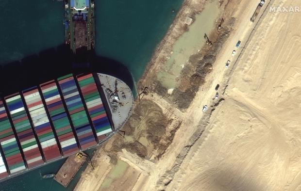 Vụ tàu container chắn ngang kênh đào Suez nhìn từ không gian - Ảnh 8.