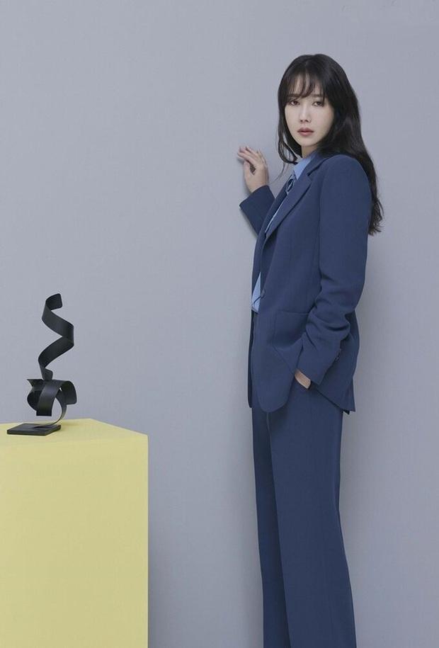 Chị đẹp Lee Ji Ah (Penthouse) lên đồ công sở đơn giản mà thanh lịch tuyệt đối, chị em nào cũng có thể học theo - Ảnh 8.