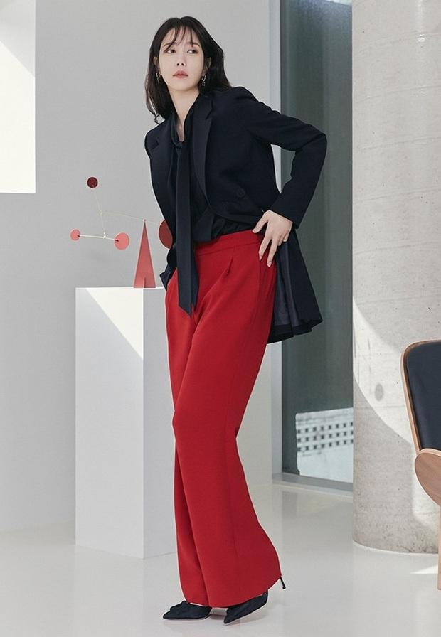 Chị đẹp Lee Ji Ah (Penthouse) lên đồ công sở đơn giản mà thanh lịch tuyệt đối, chị em nào cũng có thể học theo - Ảnh 9.