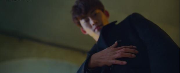 Chỉ xuất hiện 3 giây nhưng chiếc tai nghe của Song Joong Ki trong Vincenzo lại được cộng đồng mạng soi rất kỹ, thì ra là phụ kiện quen mặt - Ảnh 2.