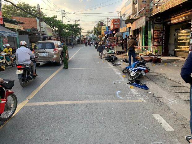 Va chạm liên hoàn với 2 xe máy khiến 2 thanh niên thương vong, tài xế xe 3 bánh rời khỏi hiện trường - Ảnh 1.