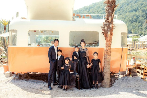 Gia đình đông con nhất Vbiz nhà Lý Hải tung ảnh kỉ niệm gây sốt, bà xã Minh Hà chiếm spotlight vì nhan sắc dù đã U40 - Ảnh 5.