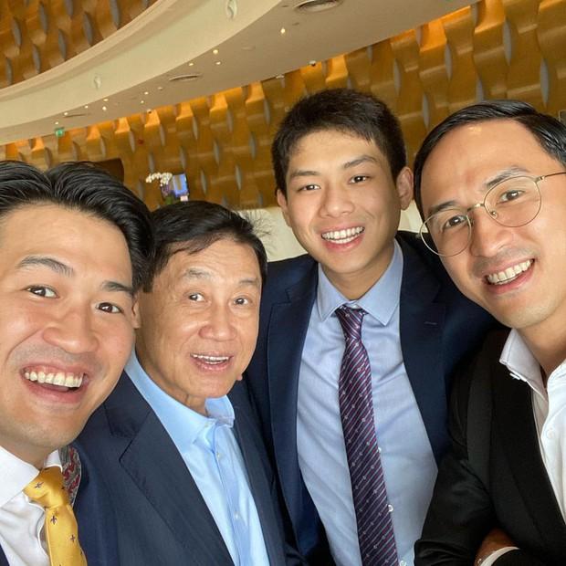 Tỷ phú Johnathan Hạnh Nguyễn xuất hiện với 3 thiếu gia, không còn tấm ảnh nào giàu sang hơn thế!  - Ảnh 1.
