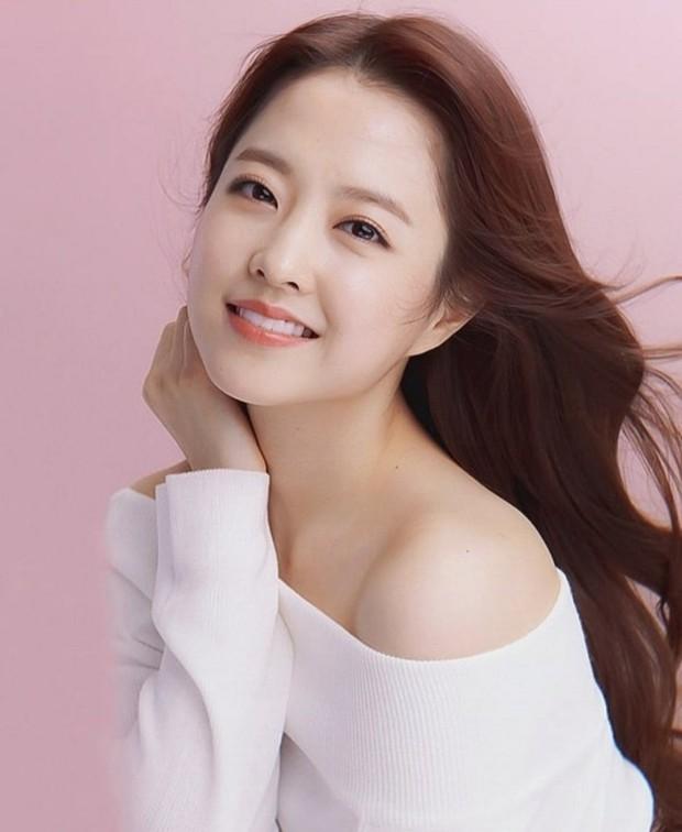 Nhan sắc ngoài đời của mỹ nhân Hàn thủ vai xấu xí: Suzy mặt mộc đẹp choáng váng, Lee Sung Kyung - Han Hyo Joo 1 trời 1 vực - Ảnh 19.