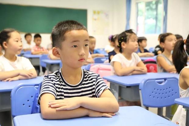 Bà mẹ mua tặng khăn hàng hiệu cho cô giáo, tưởng con trai sẽ được ưu tiên, ai ngờ 1 câu nói vô ý khiến cả hai bẽ mặt - Ảnh 3.
