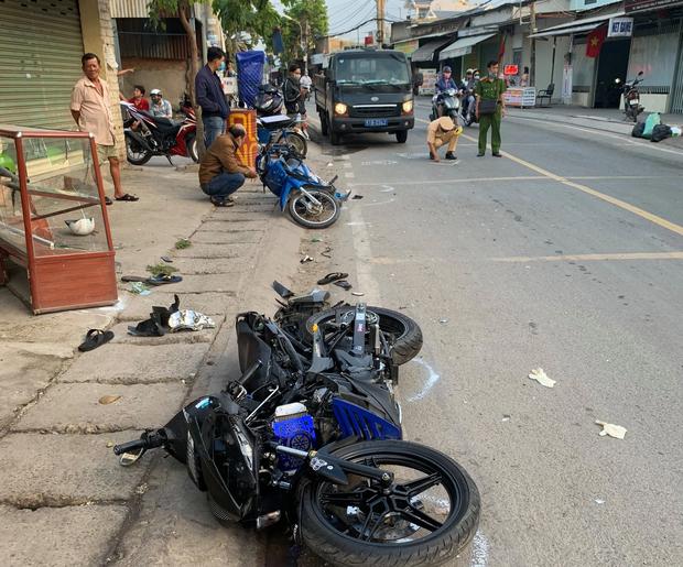 Va chạm liên hoàn với 2 xe máy khiến 2 thanh niên thương vong, tài xế xe 3 bánh rời khỏi hiện trường - Ảnh 3.