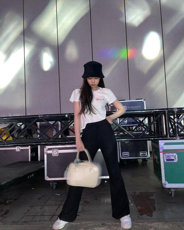 Thiều Bảo Trâm khoe túi mới xinh, netizen bỗng réo tên Jennie chỉ vì 1 chi tiết đáng ngờ - Ảnh 3.